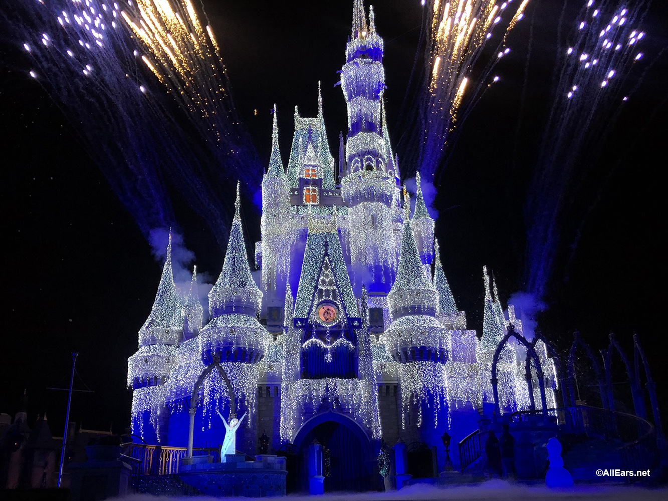 Disney To Live Stream Magic Kingdom S A Frozen Holiday Wish