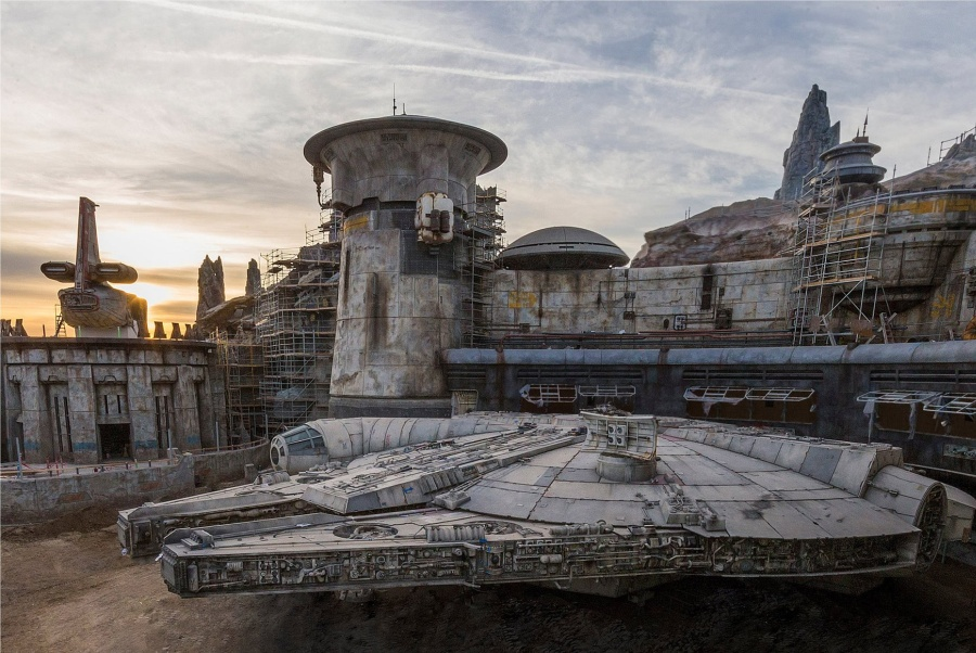 Disney gives sneak peek of Star Wars land, Galaxy's Edge