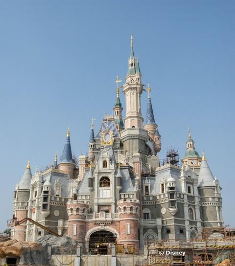 enchanted-storybook-castle-shanghai-disney-resort.jpg