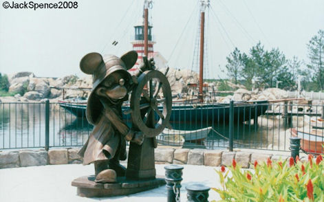 Mickey mimicking the classic pose of the Fisherman Statue