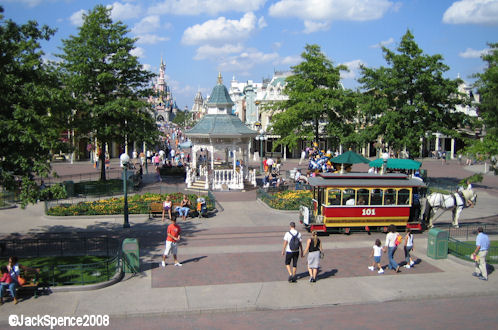 Remplacement des arbres à Disneyland Paris Plaza%2007