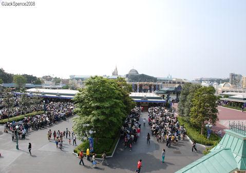 Tokyo Disneyland Crowds Waiting to Enter