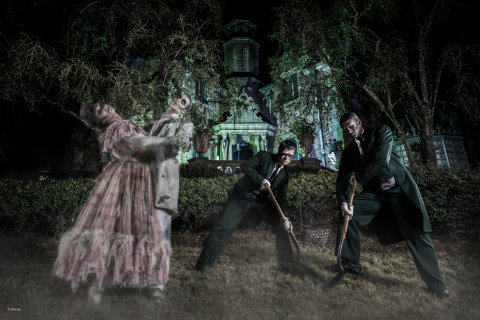 Disney-PhotoPass-free-Haunted-Mansion-ghosts-photo.jpg