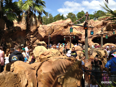 ariel-ride-outdoor-queue.jpg