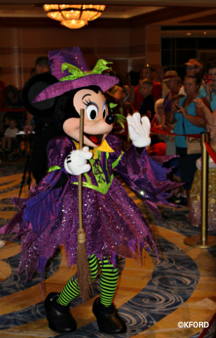 disney-dream-halloween-witch-minnie.jpg