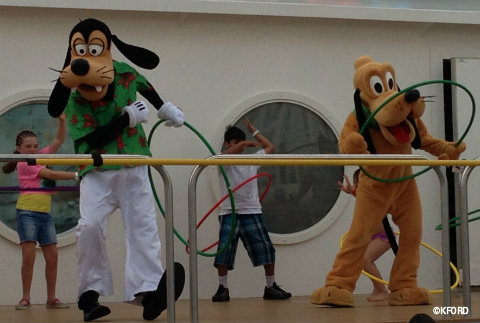 disney-fantasy-deck-the-deck-goofy-pluto.jpg