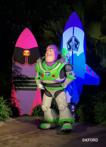disney-typhoon-lagoon-glow-nights-buzz-lightyear.jpg