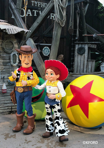 disney-typhoon-lagoon-glow-nights-woody-jessie.jpg