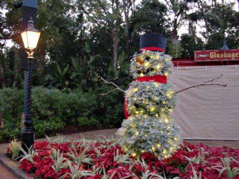 disney-world-holiday-snowman-topiary.jpg