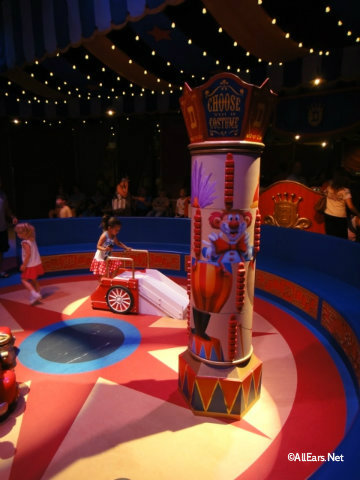 dumbo-interactive-queue-circus-ring.jpg