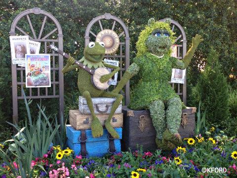 epcot-flower-garden-kermit-miss-piggy-topiaries.jpg