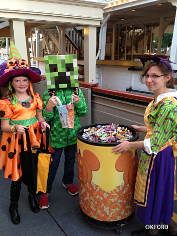 mickeys-halloween-party-candy-station.jpg