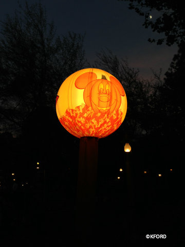 mickeys-halloween-party-treat-station-light.jpg