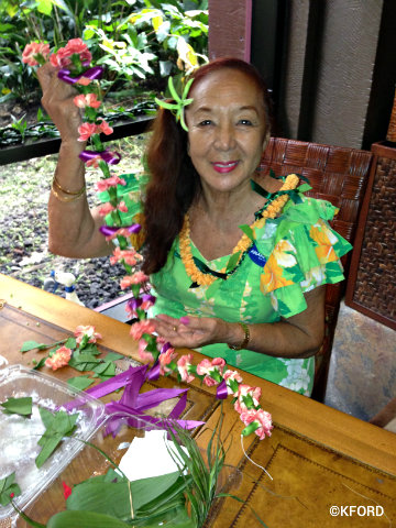polynesian-auntie-kaui-making-leis.jpg
