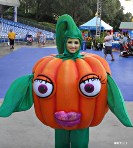 seaworld-spooktacular-penelope-pumpkin.jpg