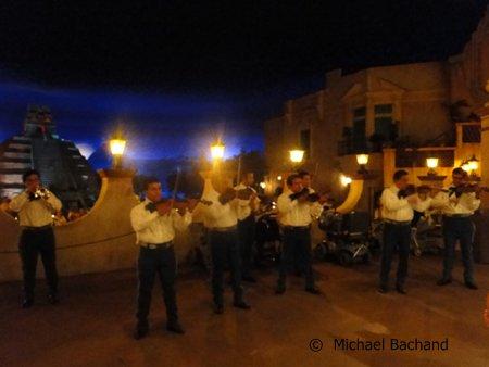 Mariachi Cobre performing