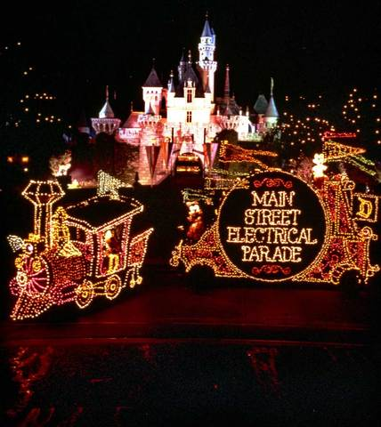 Disneyland Offers Dining Packages for Main Street Electrical Parade